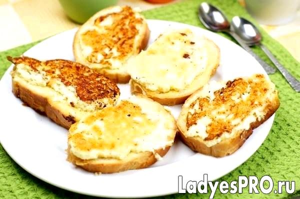 Гарячі бутерброди з бринзою і яйцем