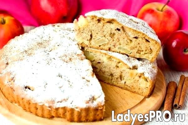 Яблучний пиріг з корицею і коньяком