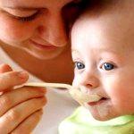 Як навчити дитину їсти з ложки та інших столових приладів