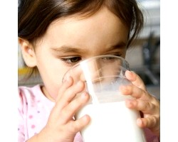 Коров'яче молоко дітям