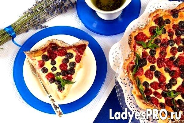 Відкритий пиріг з лохини і полуниці